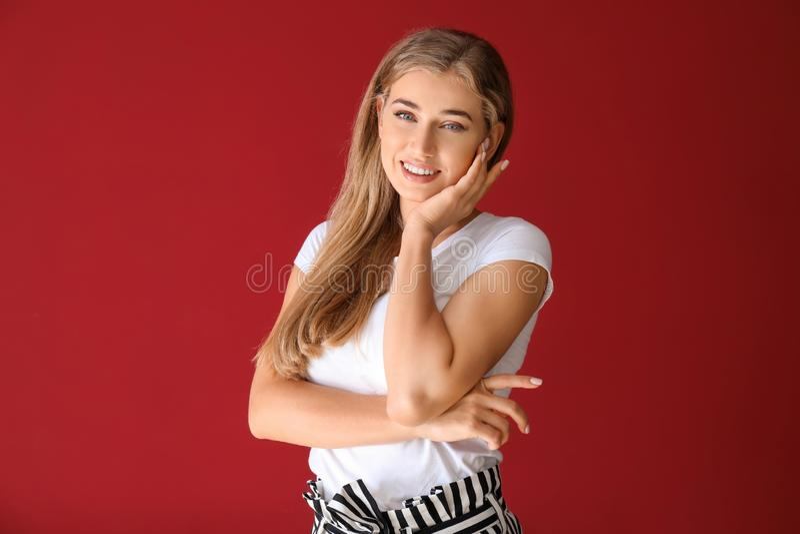 Retrato de la mujer joven hermosa feliz en fondo del color fotografía de archivo