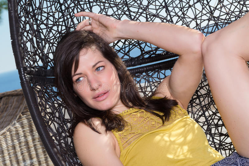 Retrato de la mujer joven hermosa que se relaja foto de archivo libre de regalías