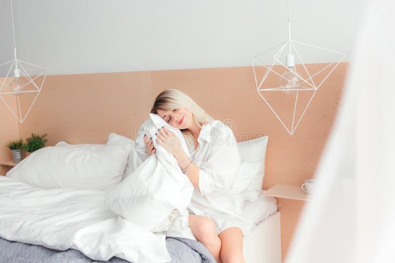 Retrato de la mujer joven hermosa que sostiene una almohada fotografía de archivo libre de regalías