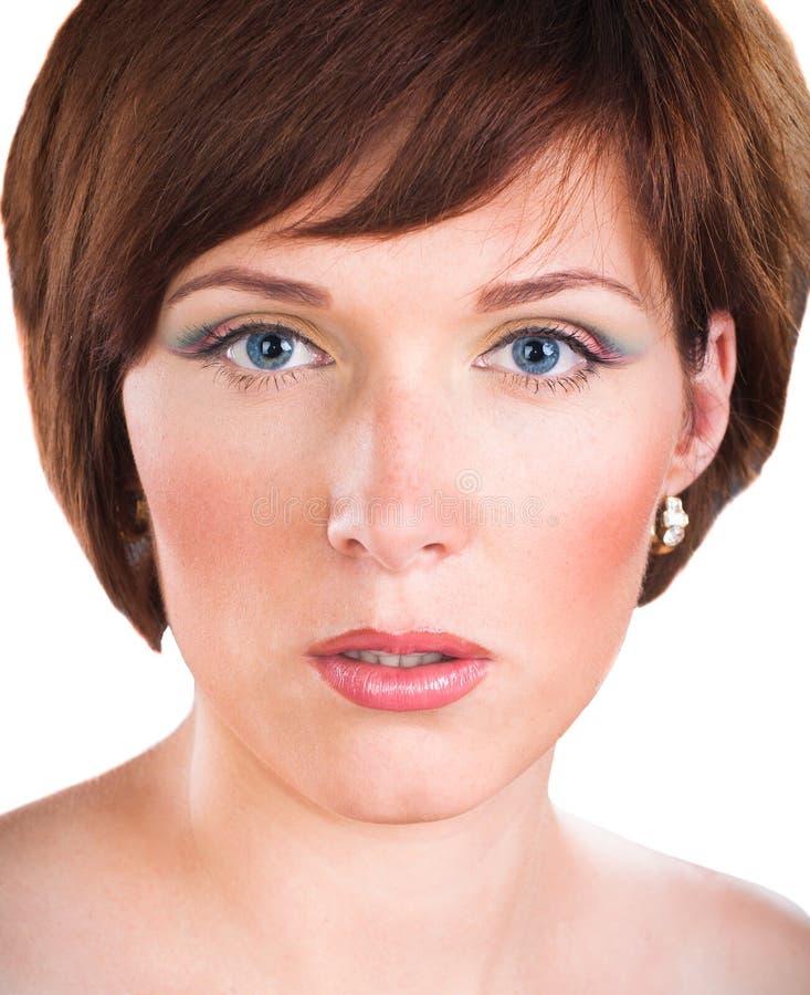 Retrato de la mujer joven hermosa sobre blanco imagen de archivo