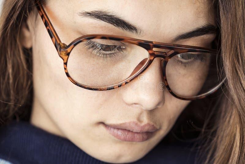 Retrato de la mujer joven pensativa fotografía de archivo libre de regalías