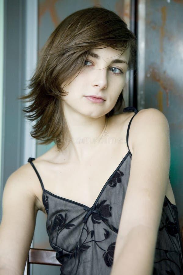 Retrato de la mujer joven pensativa fotografía de archivo