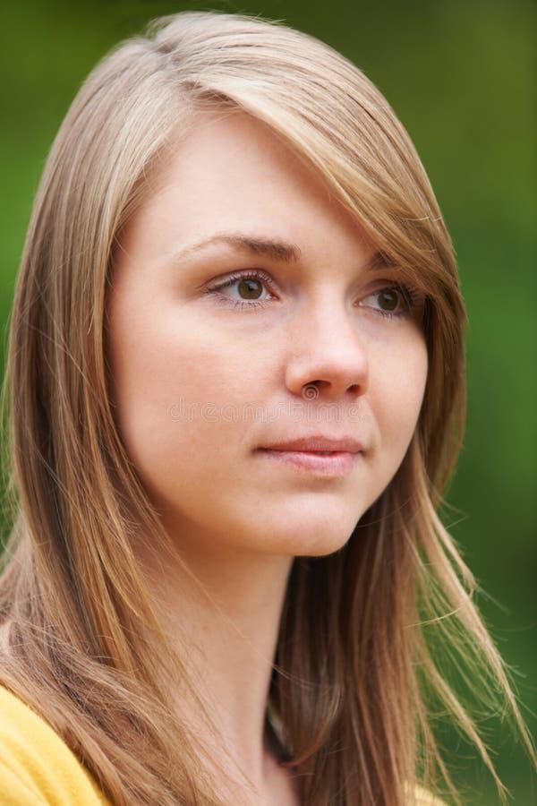 Retrato de la mujer joven pensativa al aire libre imágenes de archivo libres de regalías