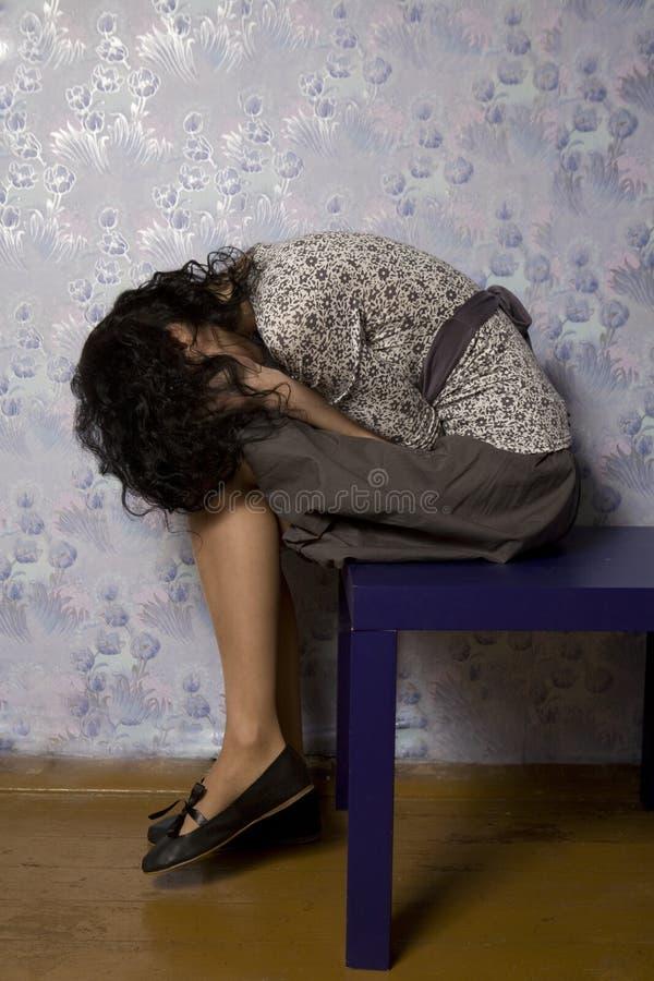 Retrato de la mujer joven que parece presionado foto de archivo libre de regalías