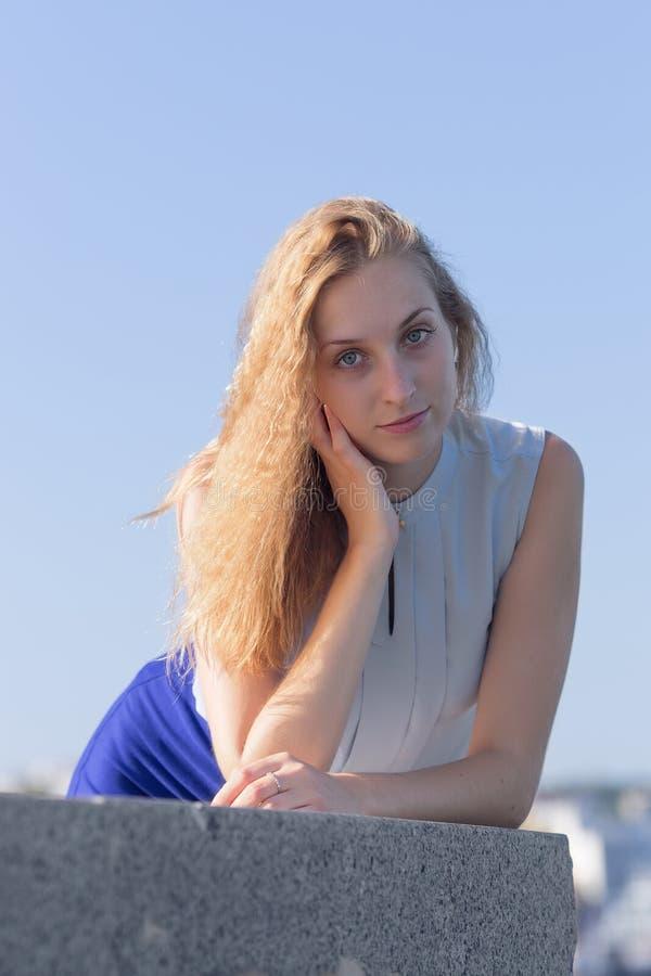 Retrato de la mujer joven rubia en contraluz fotos de archivo libres de regalías