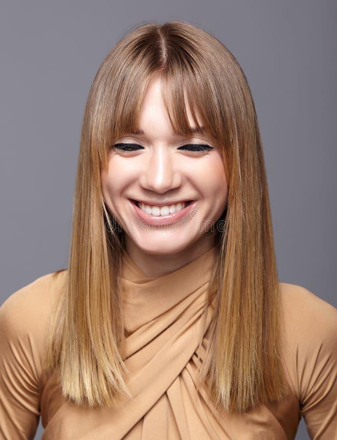 Retrato de la mujer joven rubia sonriente Hembra con los ojos verdes a fotos de archivo
