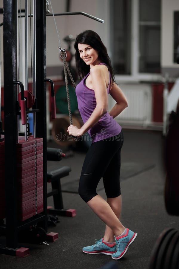 Retrato de la mujer joven sonriente en club de fitness fotos de archivo libres de regalías
