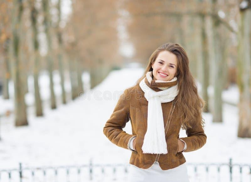 Retrato de la mujer joven sonriente en invierno al aire libre fotos de archivo libres de regalías