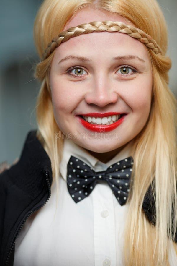 Retrato de la mujer joven sonriente feliz con el pelo rubio largo imagenes de archivo