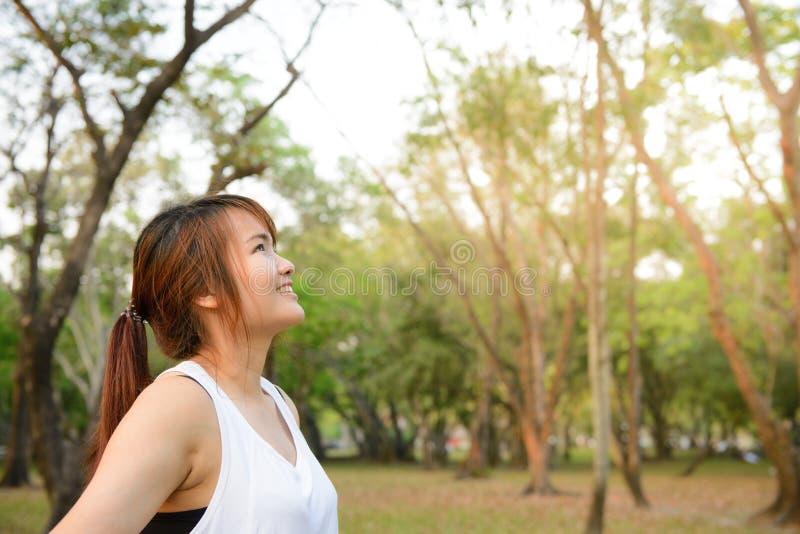 Retrato de la mujer joven sonriente hermosa que disfruta de yoga, relajándose, sintiendo aire fresco vivo, de respiración, conseg fotos de archivo
