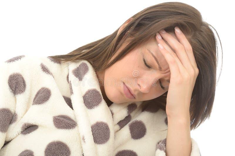 Retrato de la mujer joven subrayada muy cansada de A con un dolor de cabeza doloroso foto de archivo