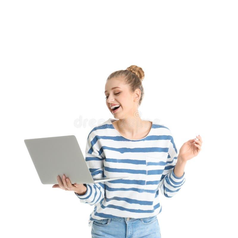 Retrato de la mujer joven usando el ordenador portátil en blanco imagen de archivo libre de regalías
