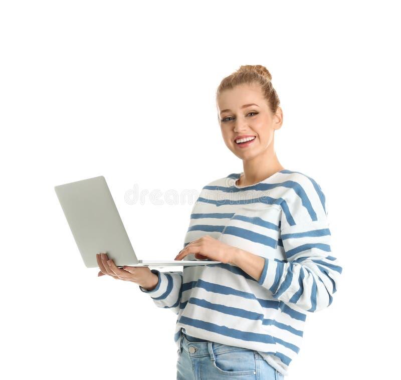 Retrato de la mujer joven usando el ordenador portátil en blanco foto de archivo libre de regalías