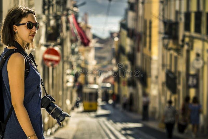 Retrato de la mujer joven y atractiva en vestido azul que camina alrededor de Lisboa imagenes de archivo