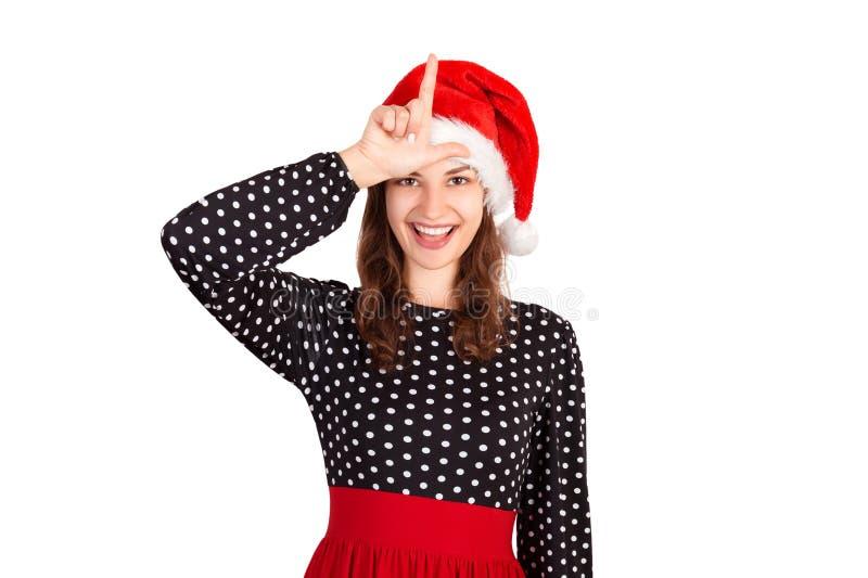 Retrato de la mujer loca juguetona en el vestido que lleva a cabo la mano que muestra la letra L que hace que el perdedor gesticu imagen de archivo libre de regalías
