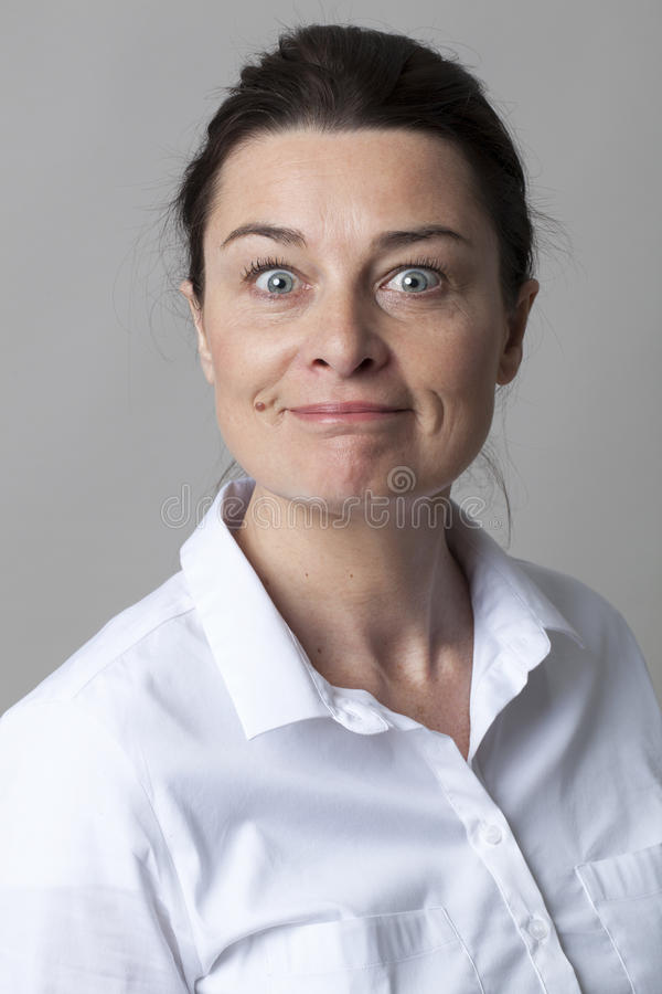 Retrato de la mujer madura elegante feliz que sonríe con elegancia imágenes de archivo libres de regalías
