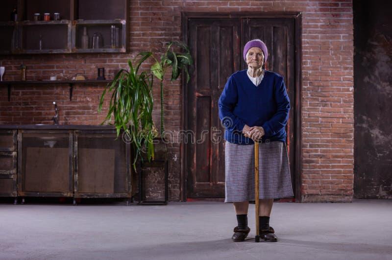 Retrato de la mujer mayor con el bastón imagen de archivo