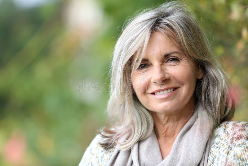 Retrato de la mujer mayor con el pelo largo foto de archivo