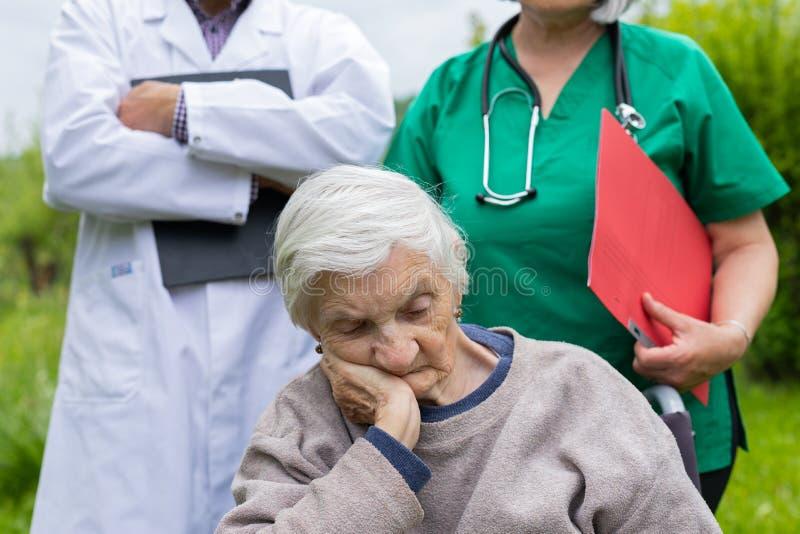 Retrato de la mujer mayor con enfermedad de la demencia imágenes de archivo libres de regalías