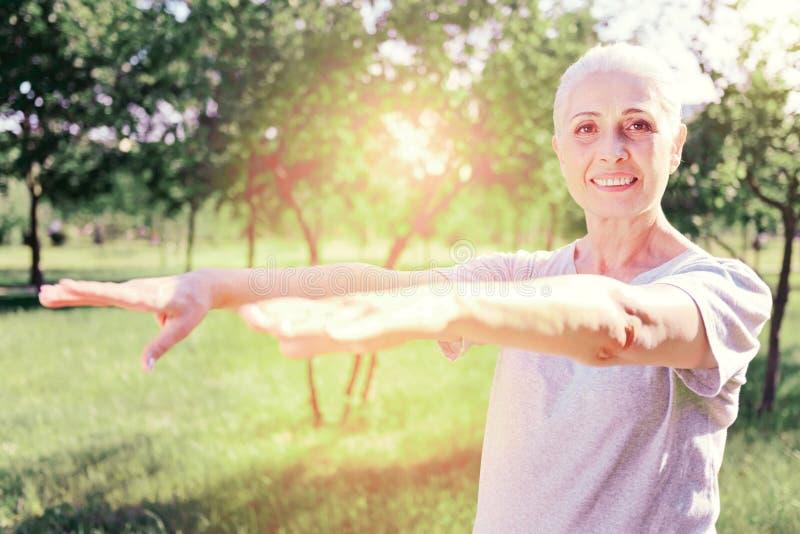 Retrato de la mujer mayor emocionada foto de archivo