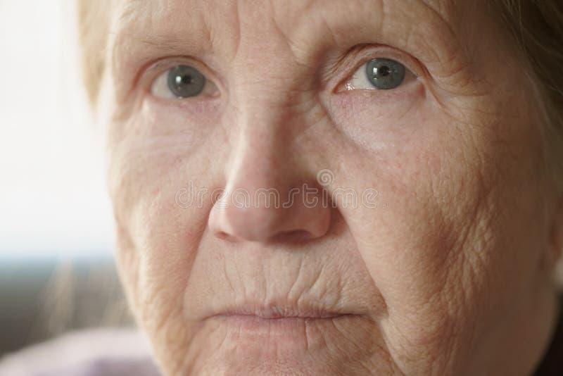 Retrato de la mujer mayor en sala de estar fotografía de archivo