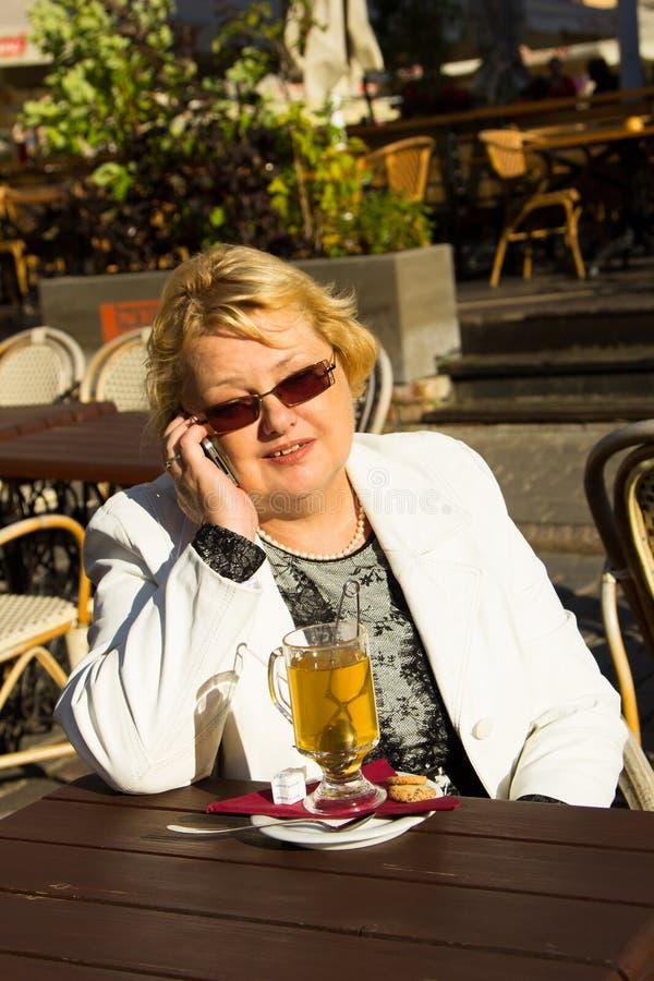 Retrato de la mujer mayor feliz que habla en el teléfono fotografía de archivo libre de regalías