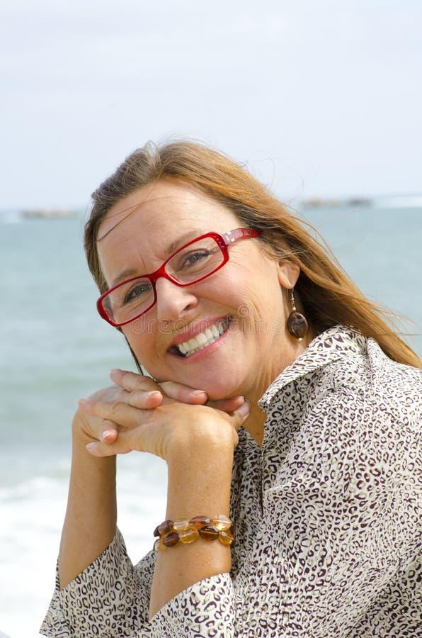 Retrato de la mujer mayor feliz y relaxed imagen de archivo libre de regalías