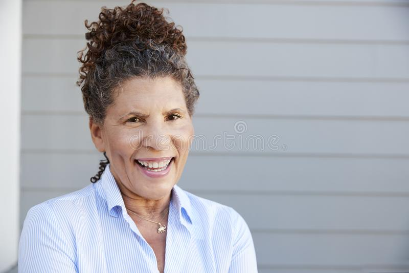 Retrato de la mujer mayor Grey Clapboard House exterior derecho imagenes de archivo