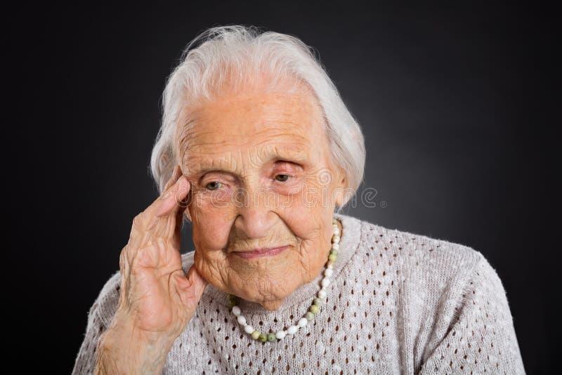 Retrato de la mujer mayor pensativa fotos de archivo