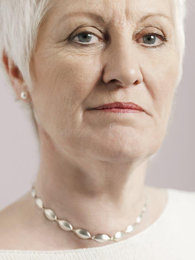 Retrato de la mujer mayor seria foto de archivo
