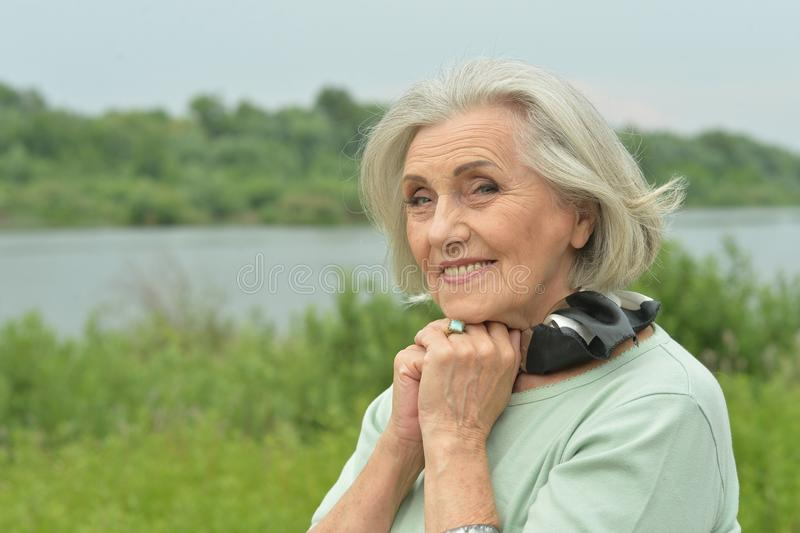 Retrato de la mujer mayor sonriente feliz al aire libre foto de archivo libre de regalías