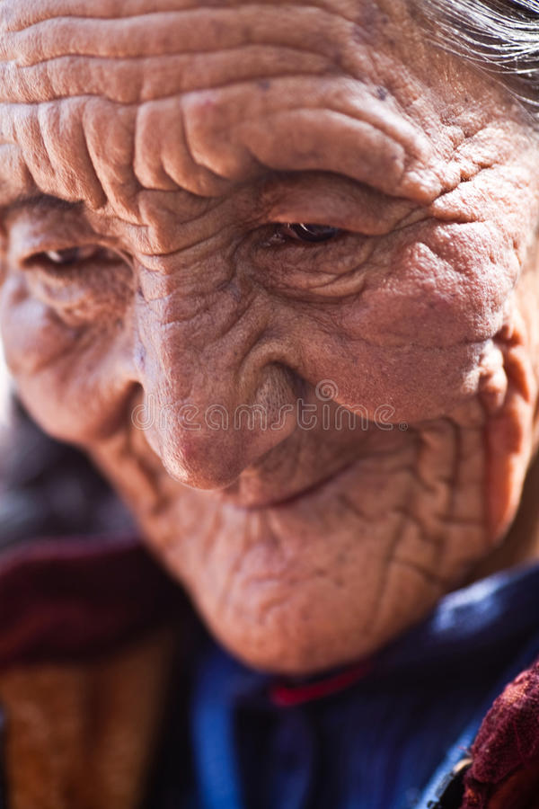 Retrato de la mujer mayor tibetana foto de archivo libre de regalías