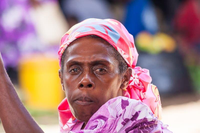 Retrato de la mujer melanesia imagenes de archivo