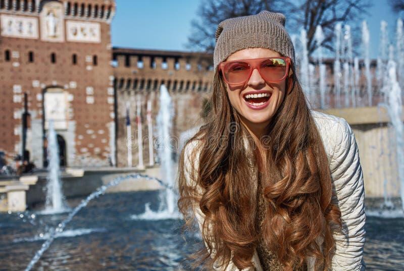 Retrato de la mujer moderna feliz del viajero en Milán, Italia fotografía de archivo