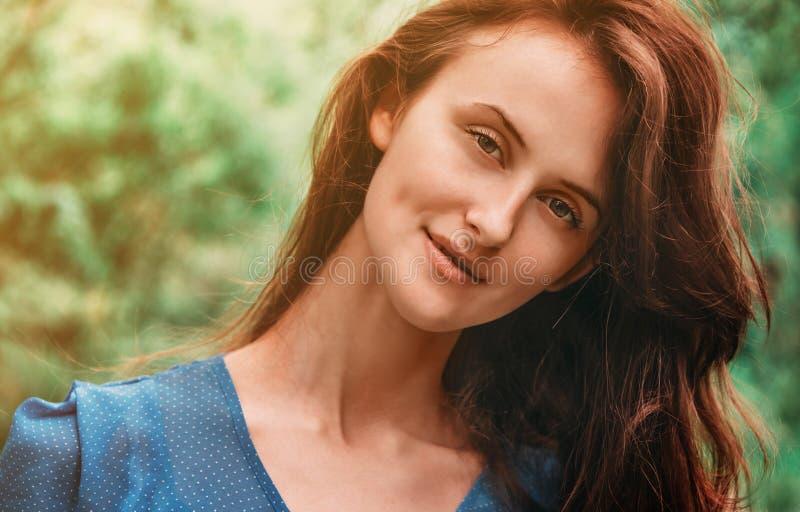 Retrato de la mujer morena atractiva fotografía de archivo libre de regalías