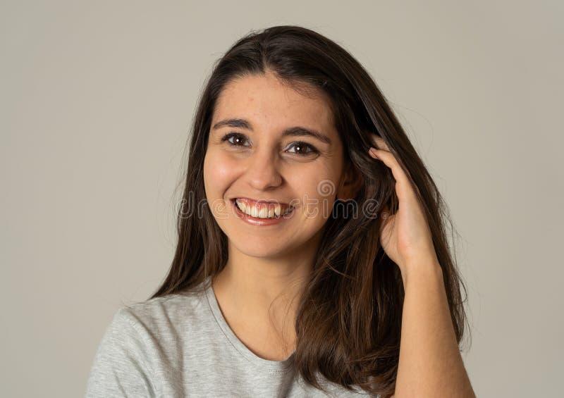Retrato de la mujer morena atractiva joven con la cara feliz y el pelo magnífico Expresiones humanas fotos de archivo libres de regalías