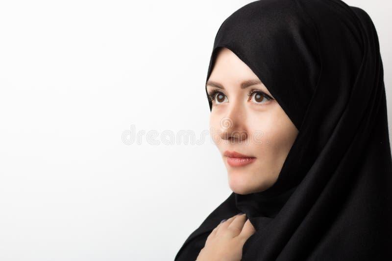 Retrato de la mujer musulmán hermosa en hijab en el fondo blanco en estudio con el espacio de la copia fotos de archivo libres de regalías