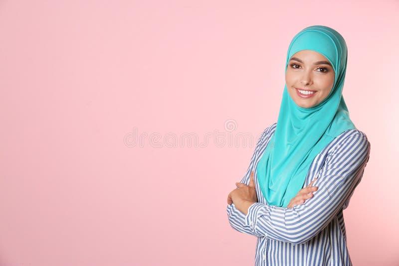 Retrato de la mujer musulmán joven en hijab contra fondo del color foto de archivo libre de regalías