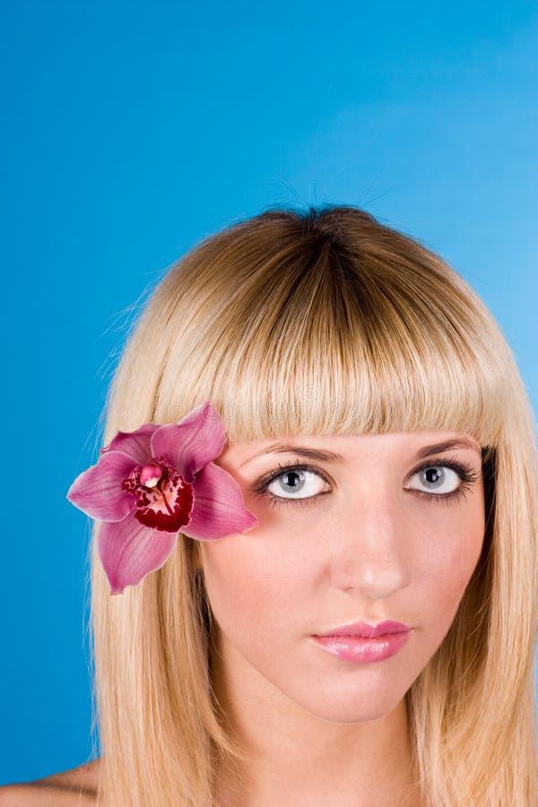 Retrato de la mujer muy hermosa con la orquídea imagenes de archivo