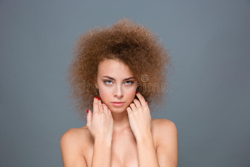 Retrato de la mujer natural blanda con el peinado rizado voluminoso fotos de archivo