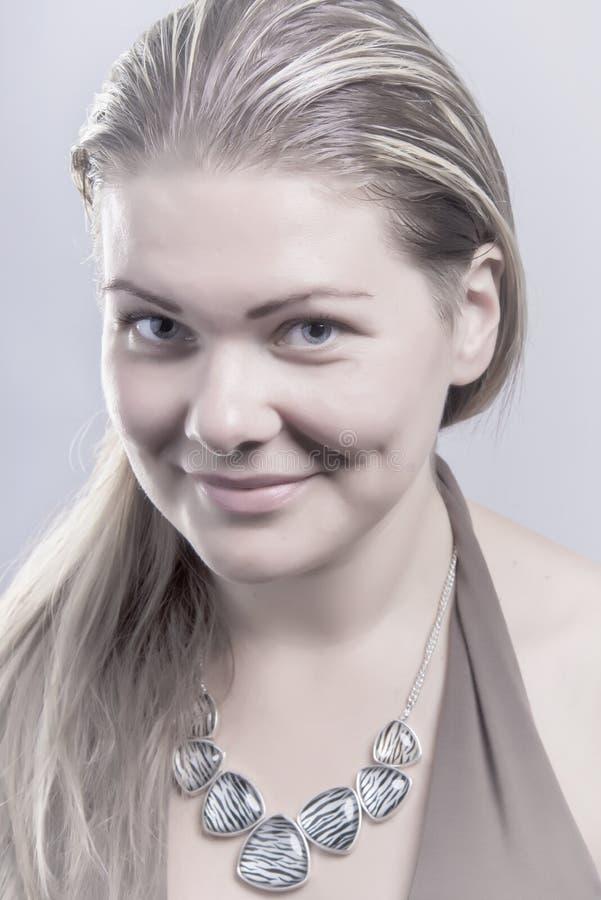 Retrato de la mujer natural sonriente preciosa fotos de archivo