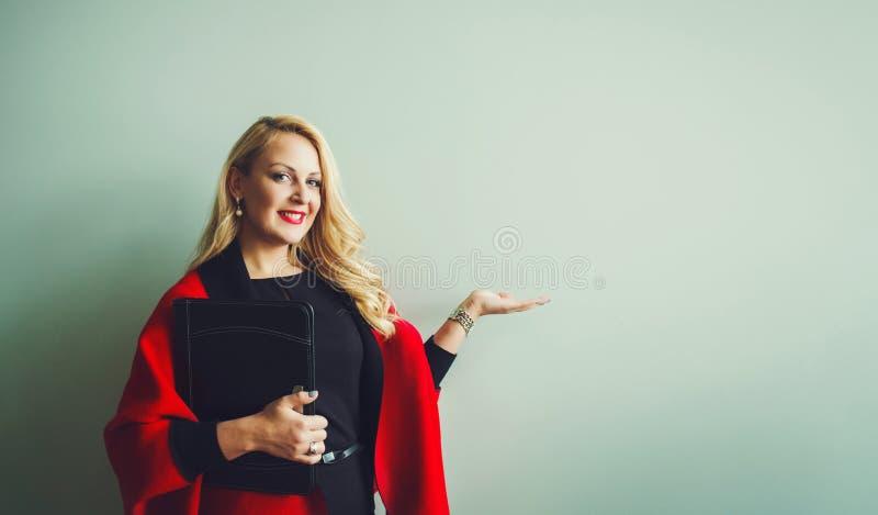 Retrato de la mujer de negocios acertada fotos de archivo libres de regalías