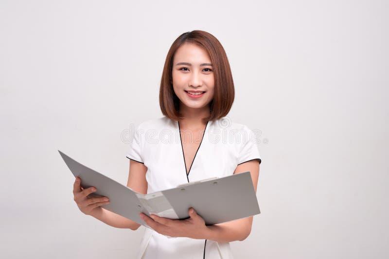 Retrato de la mujer de negocios asiática hermosa que sostiene la carpeta abierta fotos de archivo