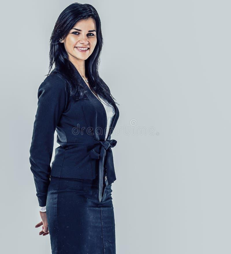 Retrato de la mujer de negocios joven feliz Fondo gris imagen de archivo