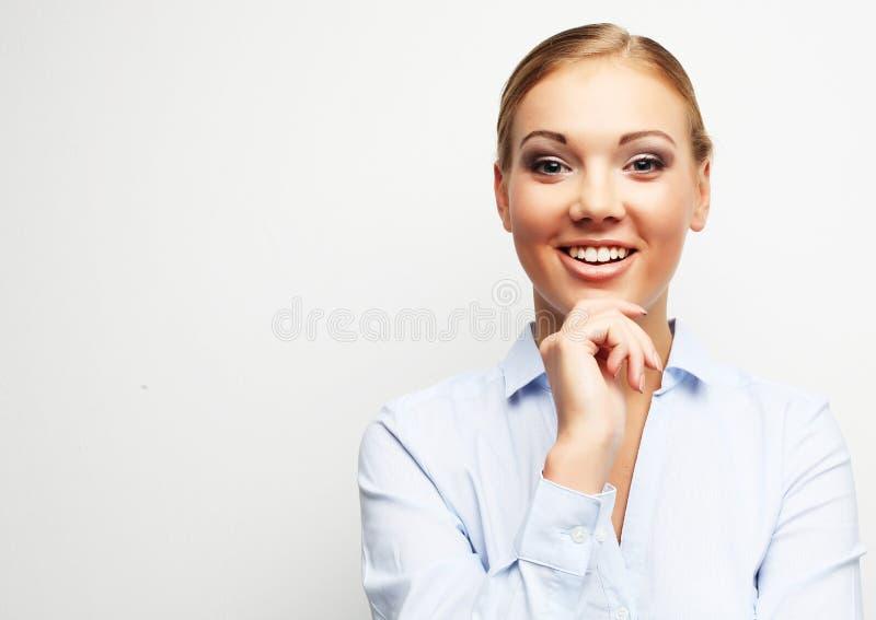Retrato de la mujer de negocios joven feliz sobre el fondo blanco imagen de archivo
