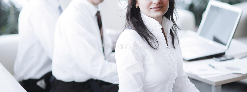Retrato de la mujer de negocios moderna en el fondo de su lugar de trabajo foto de archivo libre de regalías