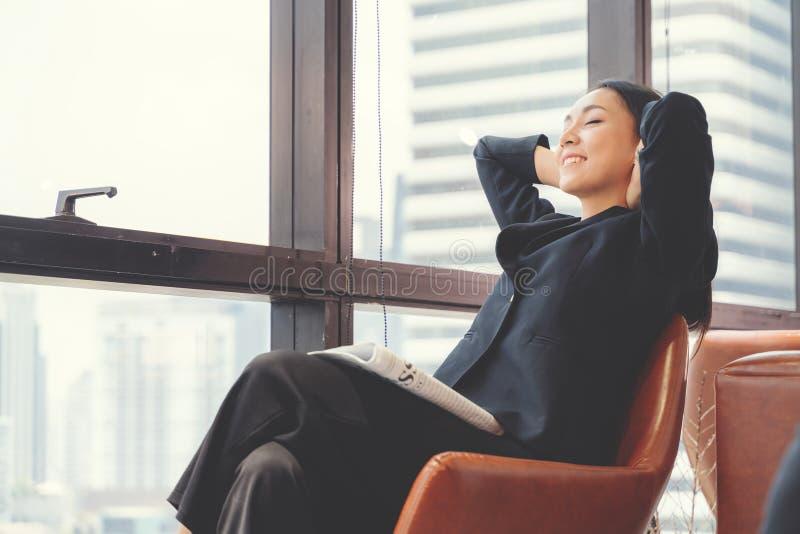 Retrato de la mujer de negocios relajada en oficina Rel?jese y concepto de la libertad imagen de archivo