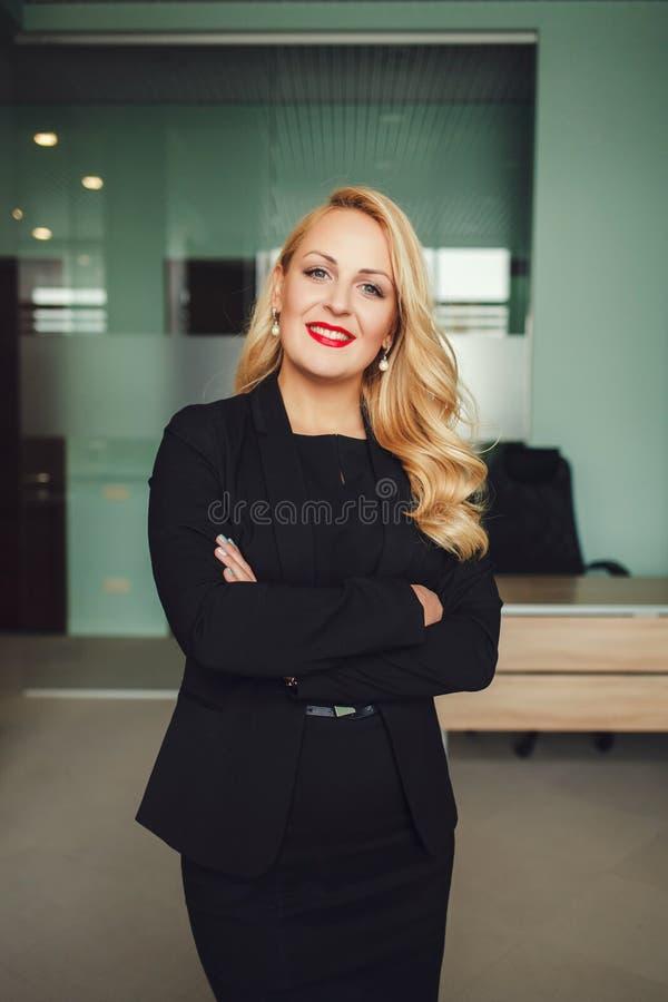 Retrato de la mujer de negocios de risa joven foto de archivo libre de regalías