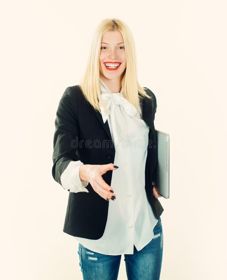 Retrato de la mujer de negocios sonriente joven que sacude las manos Concepto del asunto imagenes de archivo