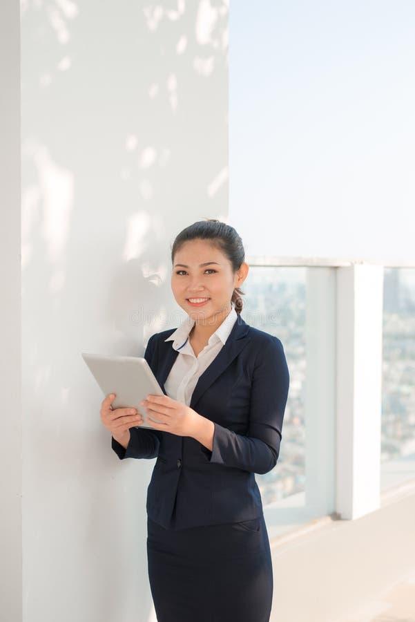 Retrato de la mujer de negocios sonriente que usa la PC de la tableta imagenes de archivo